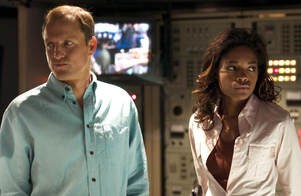 left-to-right-Woody-Harrelson-as-FBI-agent-Stan-and-Naomie-Harris-as-local-cop-Sophie-in-New-Lines-film-AFTER-THE-SUNSET.-2004-Glen-WilsonNew-Line-42