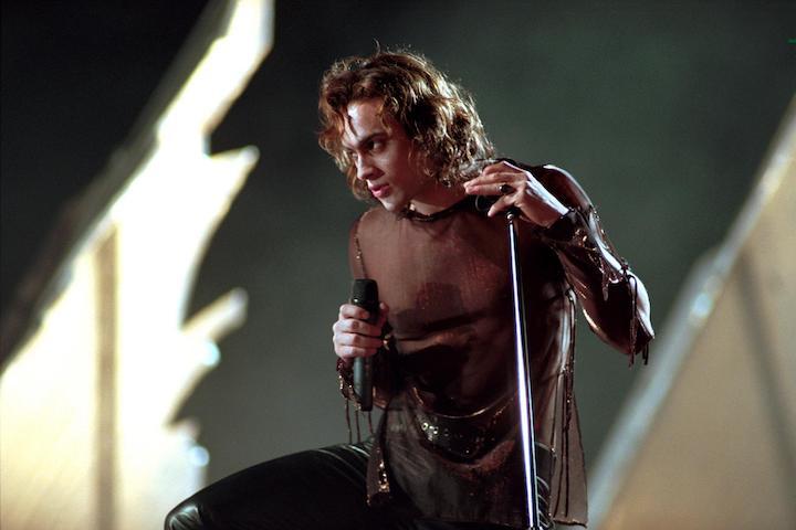 Stuart Townsend as vampire rocker Lestat