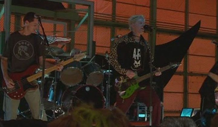 The Offspring perform in IDLE HANDS (1999)